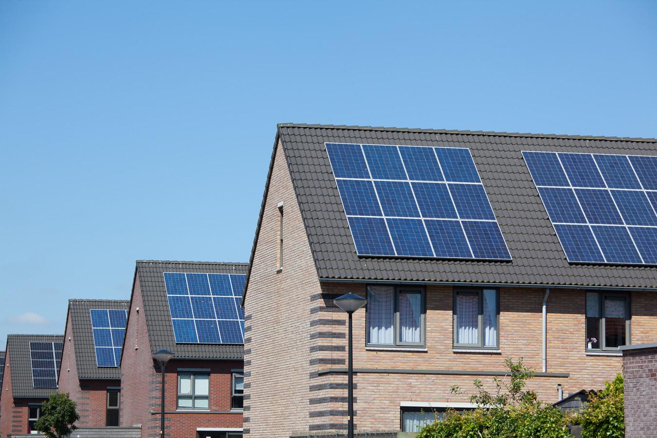 Zonnepanelen zijn steeds beter zichtbaar in de samenleving, aangezien al één op de acht huizen panelen op het dak heeft liggen.