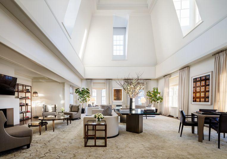De hoge plafonds in de woonkamer zorgen voor een indrukwekkende ruimte.