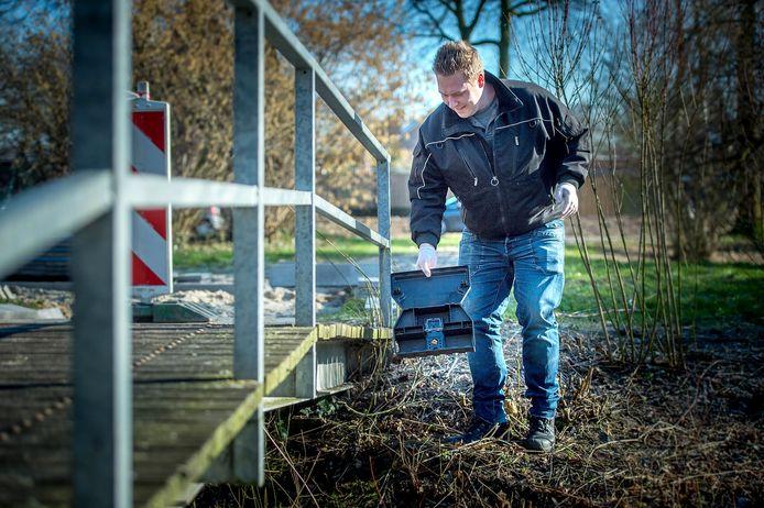 Ongediertebestrijder Rens van Stippent plaatst een rattenklem in de wijk Kraaijenberg.