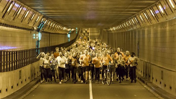 Hardlopen door de Maastunnel in Rotterdam.