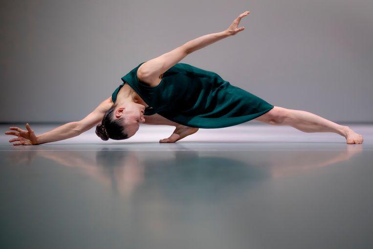 Danseres Liza Wallerbosch in haar solo tijdens Monuments in Solitude. Beeld Andreas Terlaak