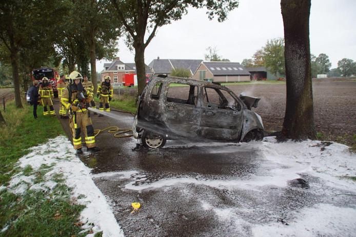 De auto vloog in brand nadat omwonenden de man uit de auto hadden gered aan de Gompertsdijk in Hengelo (Gld.)
