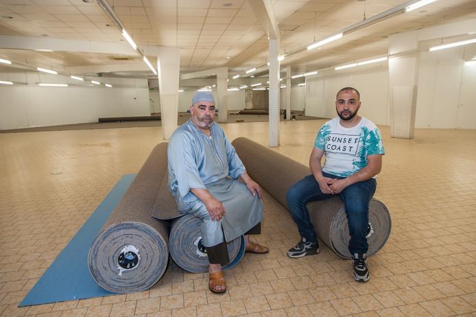 Gouda, Moskeevoorzitter A. Moridi (links) en bestuurslid Fouad Khouakhi (rechts) op archiefbeeld in het destijds nog tot moskee om te bouwen voormalig pand van Lidl aan de Dunantsingel.