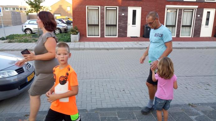 Marisca van de Voorde loopt samen met haar zoon Jayson, dochter Kayleigh en partner Edwin de Jonge achter de Goese 'boef' aan.