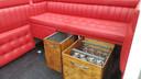 De mini-bar en zetels van de limokoets.