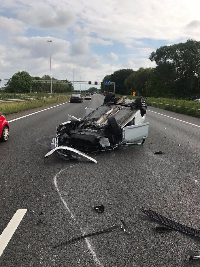 Bij een ongeval op de A16 sloeg een auto over de kop..