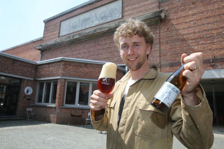 Denis De Wilde met 'Troggeling', gebrouwen met broodoverschotten van de Ieperse bakkerij De Trog.