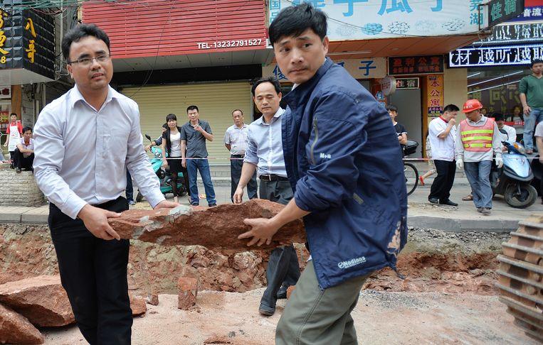 Fossielen van dinosauruseieren worden weggedragen tijdens bouwwerken in de Chinese stad Heyuan. Archiefbeeld van april dit jaar.