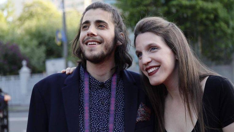 De muziek en de tekst van het winnende Eurosong-lied 'Amar Pelos Dois' zijn geschreven door Salvador Sobrals zus, Luísa (rechts).