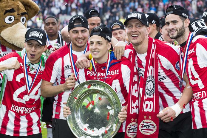 PSV is kampioen. Vlnr showen Junior Mauro, Maximiliano Romero, Santiago Arias, Luuk de Jong en Gastón Pereiro de schaal.