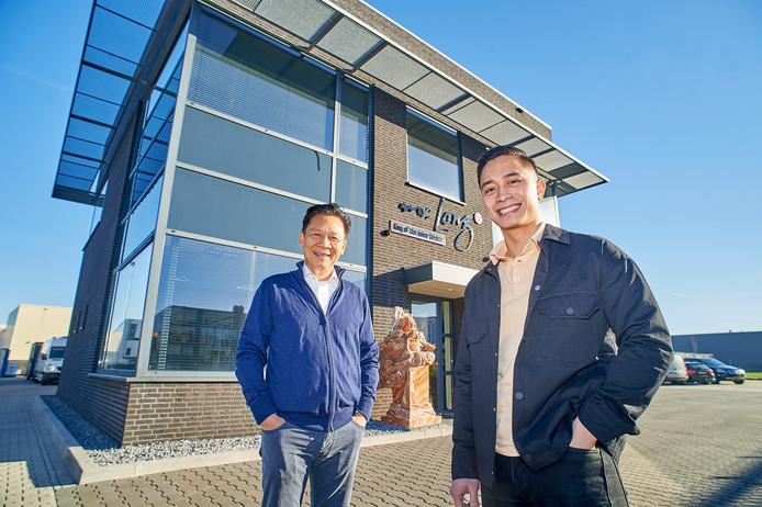 Vader Long en zoon Kien Nguyen voor het bedrijf op Elzenburg in Oss.