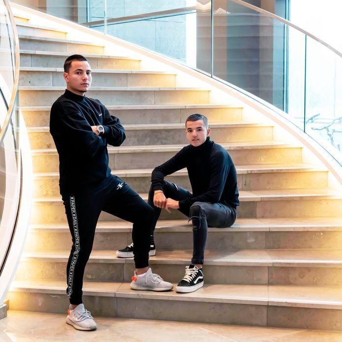 Justin Mathieu (l) en zijn broer Dani op de trap bij Van der Valk in Tilburg.