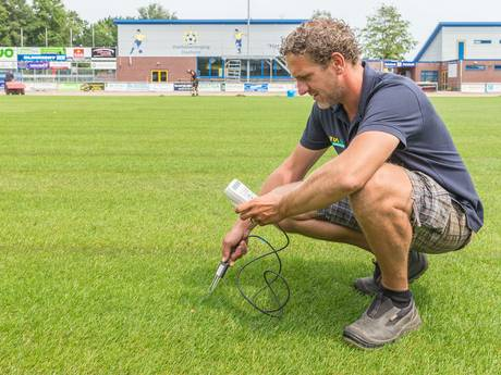 Nieuwe graszoden op voetbalveld van Staphorst smachten naar water