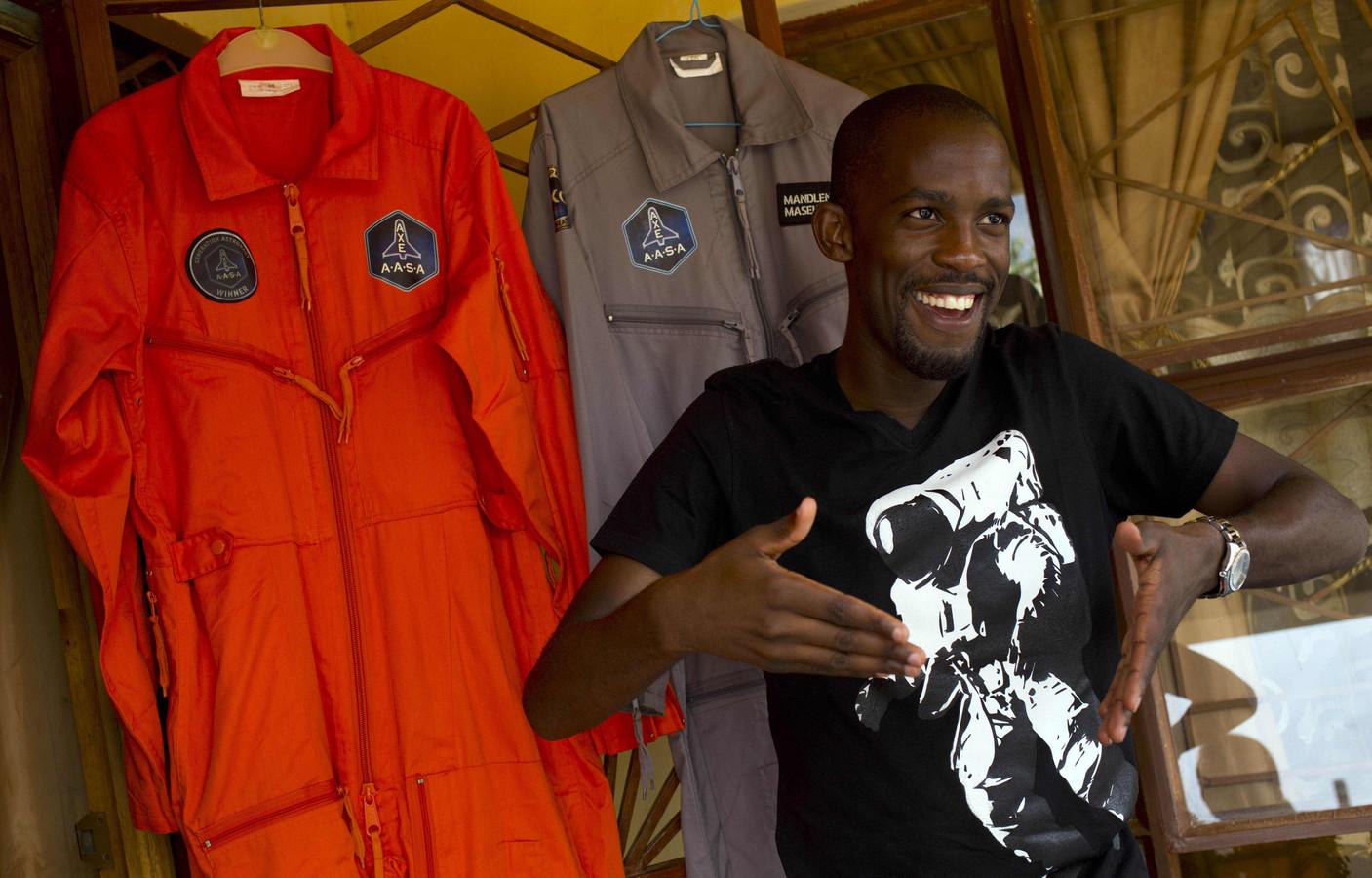 Mandla Maseko na zijn uitverkiezing in januari 2014 voor twee NASA-ruimtepakken  in Mabopane ten noorden van Pretoria.