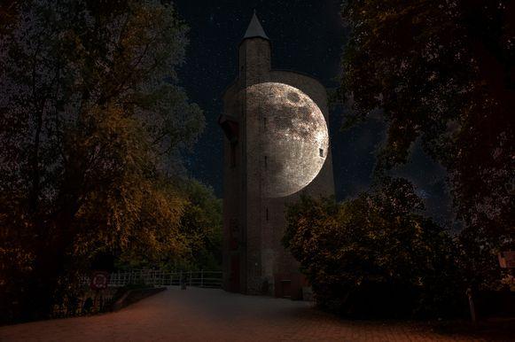 Een stukje lichtfestival: een volle maan op de watertoren aan de Gentpoortvest.