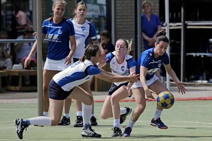 Lisa Coppens (links) en Kris Hanegraaf (midden, Be Quick) verspelen een bal aan Danique Spooren (rechts, DDW).