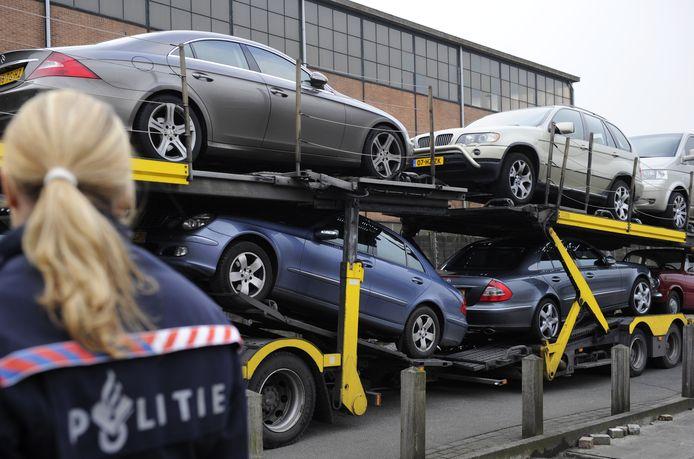 In beslag genomen auto's arriveren bij het politiebureau in Utrecht.
