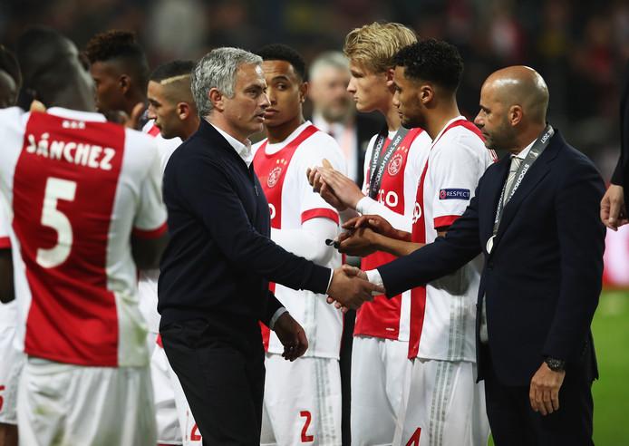 José Mourinho schudt Peter Bosz de hand na de Europa League-finale tussen Ajax en Manchester United.