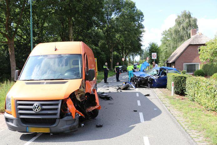 De blauwe personenauto belandde door het ongeval deels in een tuin.