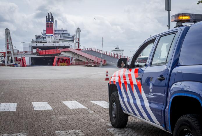 De Koninklijke Marechaussee voert geregeld controles bij schepen, hier in de haven van Hoek van Holland. Foto ter illustratie.