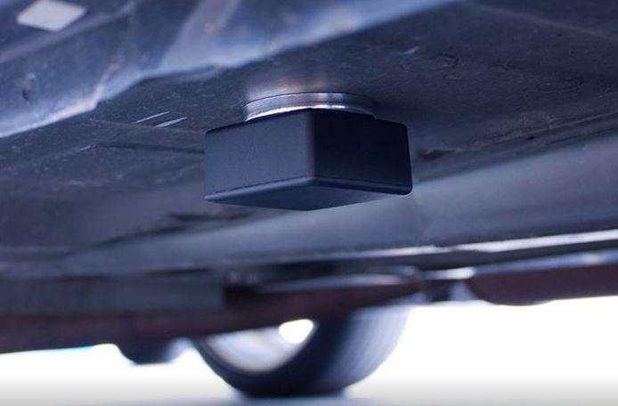 Voorbeeld van een peilbaken (volgsysteem) onder een auto.