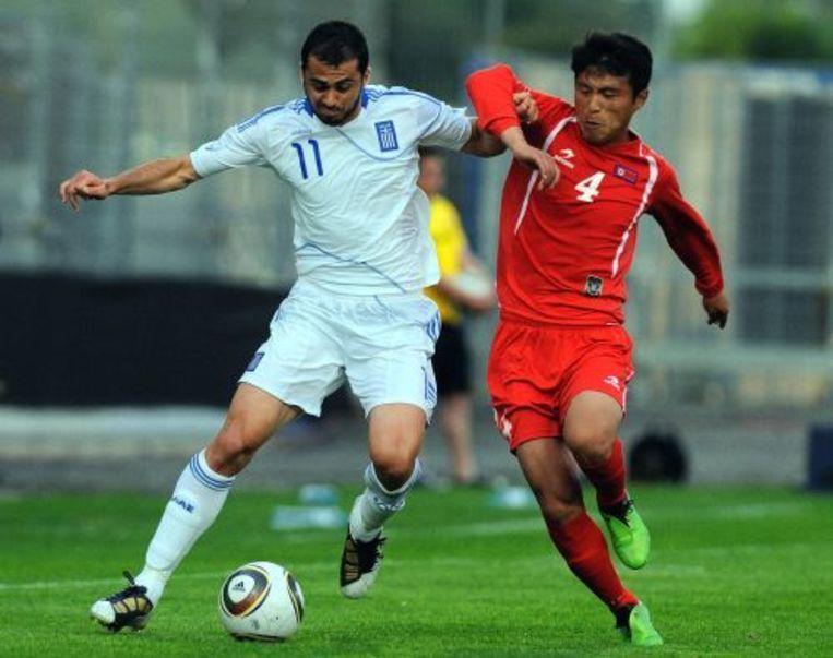 De Griekse Loukas Vyntra (L) in duel met Pak Nam Chol van Noord-Korea. ANP Beeld