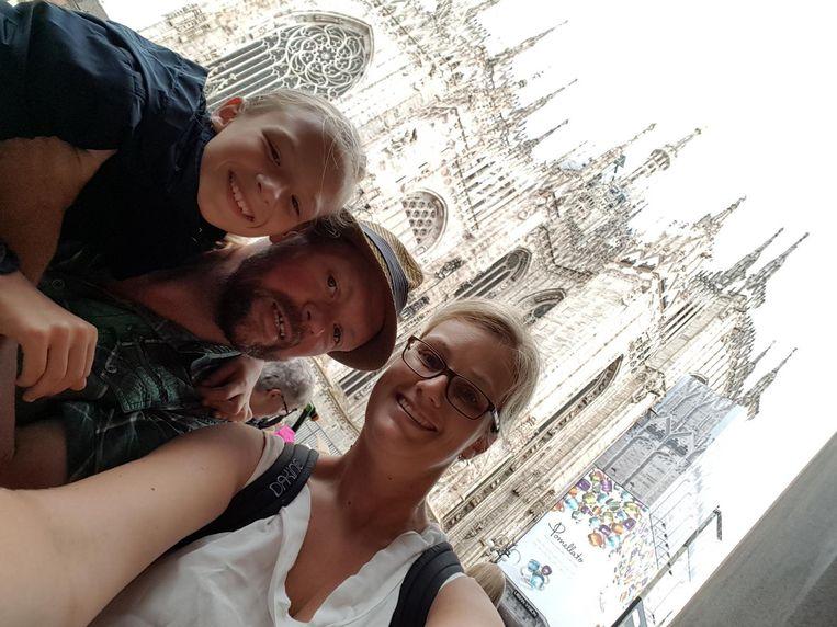 Stefaan, zijn vriendin Angelique en dochter Irma maken een selfie voor de Dom in Milaan. Toen ze na hun uitstapje terugkeerden naar hun mobilhome, bleek die gestolen te zijn.
