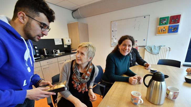 Raadslid steunt onderwijs: met koeken langs 64 basisscholen in Enschede