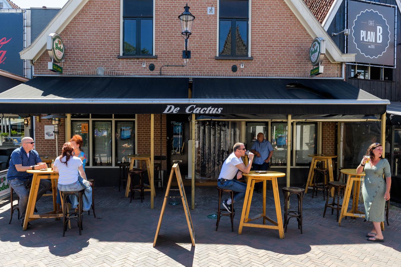 Op meerdere plekken in de Hengelose binnenstad zijn de terrassen weer geopend, zoals hier bij café De Cactus.