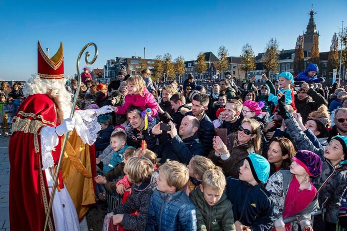 Sinterklaas neemt uitgebreid de tijd om zich te laten verwelkomen door alle kinderen op de Waalkade in Nijmegen in 2018.