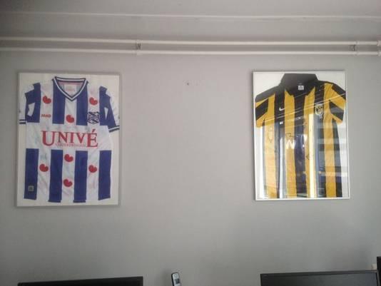 Het NEC-shirt hing tussen de shirts van SC Heerenveen (links) en Vitesse.