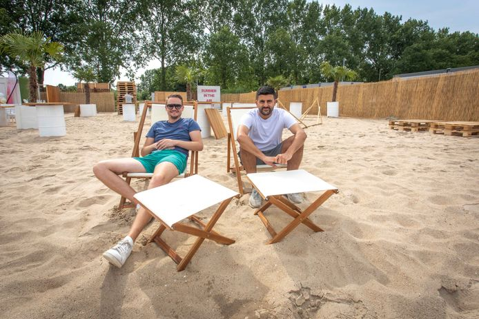 Robert Waverijn en Sofyan Azzagari in de pop-up-beachbar van vorig jaar.