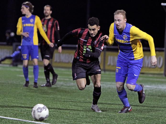 PVH Veghel voetbal Blauw Geel - OJC ; Zain Moghal (links/OJC) samen met Sander Egmond (rechts/BlauwGeel) onder weg naar de bal BD SPORT STAD foto: Peter van Huijkelom