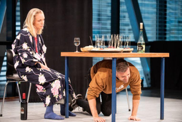 De vloer op: Sophie van Winden en Thomas Cammaert in 'Laatste avond'. Beeld Anna van Kooij