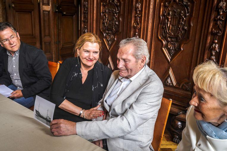 Paula De Haan (63) gisteren met haar inmiddels 81-jarige redder in nood.