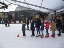 Kleintjes in de rij voor schaatsles op het Winterpark in Schijndel