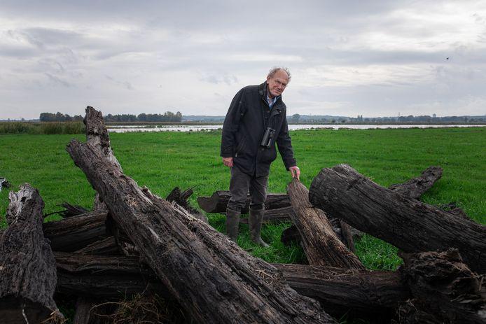 Frank Berendse bij de stokoude eikenstammen die zijn gevonden tijdens afgravingen voor natuurgebied Binnenveldse Hooilanden (op de achtergrond).