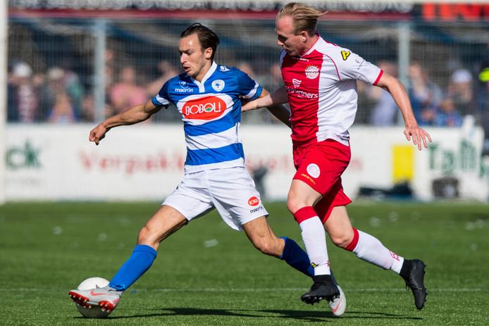 Argjend Selimi (l) in de derby tegen IJsselmeervogels in duel met Kevin Visser.