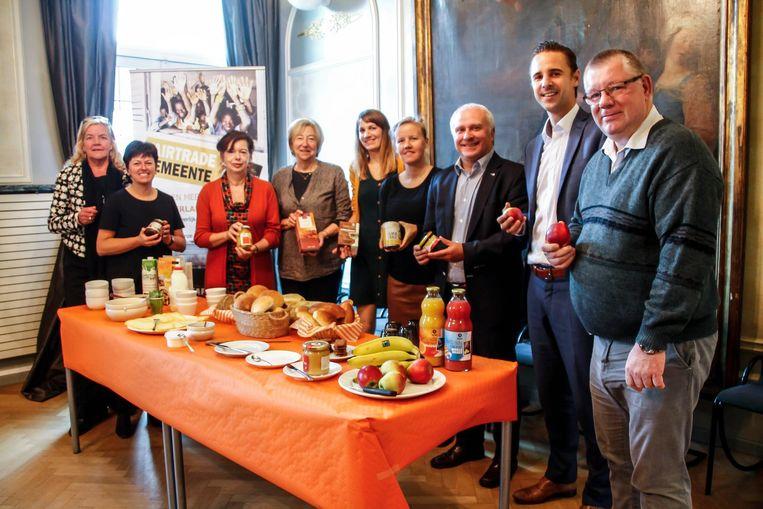 Het schepencollege was blij met hun Fairtradeontbijt.