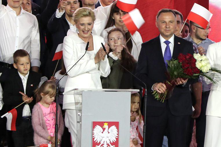 De huidige Poolse president Andrzej Duda, die opnieuw de verkiezingen won, en zijn vrouw Agata Kornhauser-Duda.  Beeld AP