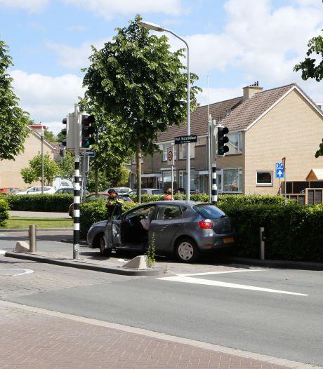 Oeps! Auto knalt op poller bij het Leerpark in Dordrecht