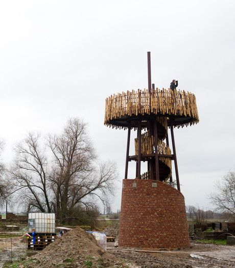 Uitkijktoren bij Weurtse grindgat bijna af