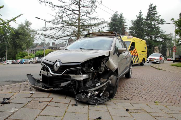 De beschadigde auto na de aanrijding in Arnhem.