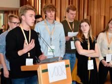 Raadsleden en jongeren debatteren in Amersfoorts raadszaal