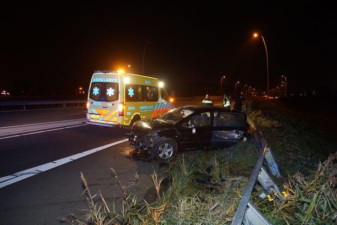 Auto tolt op de Midden-Brabantweg bij Waalwijk en belandt in vangrail