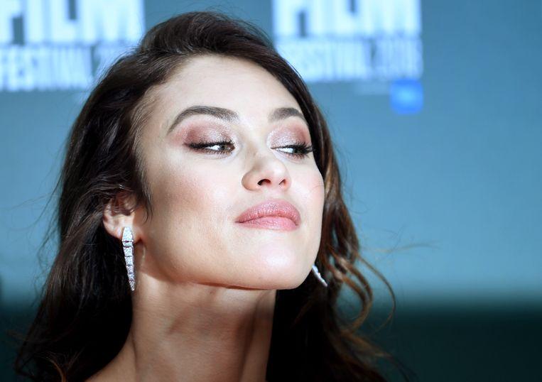Actrice en model Olga Kurylenko, bekend van haar rol als Bondgirl in Quantum of Solace, is volledig hersteld van het coronavirus. Dat heeft ze laten weten op Instagram. Ze bracht de afgelopen tijd thuis door in quarantaine.