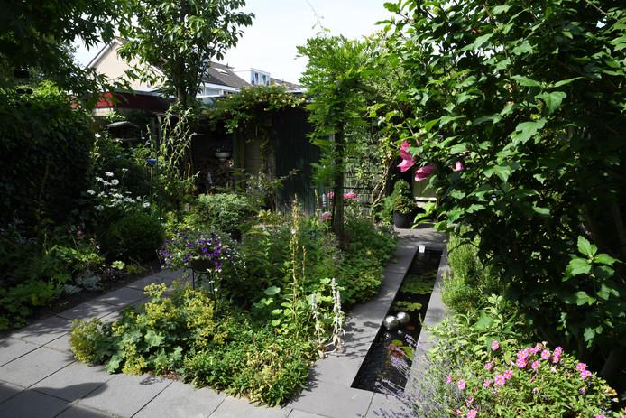 De langwerpige vijver vormt de belangrijkste zichtlijn in de Etten-Leurse tuin.