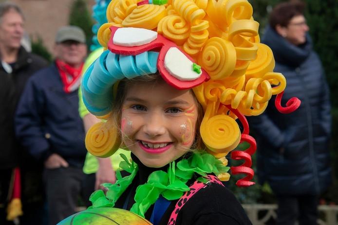 Mooi meisje van fanfare De Hoge Nood(t) in de carnavalsoptocht van Casteren.