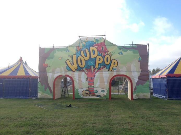 De ingang van Woudpop 2016 wordt opgebouwd.