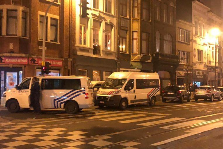 De politie viel met een grote troepenmacht binnen in vier cafés op de Turnhoutsebaan.
